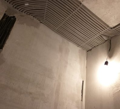 Монтаж электрики в частном доме - разводка по потолку